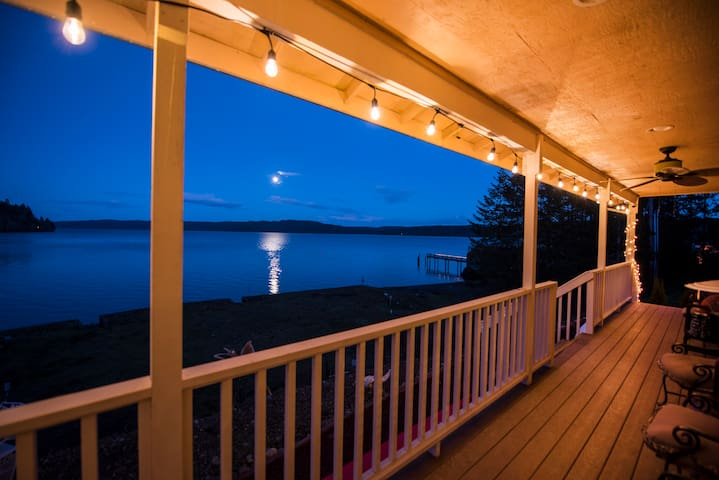 Waterfront Hood Canal Hideaway on Lilliwaup Bay