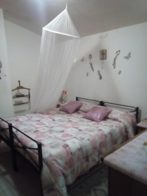 camera da letto con zanzariera