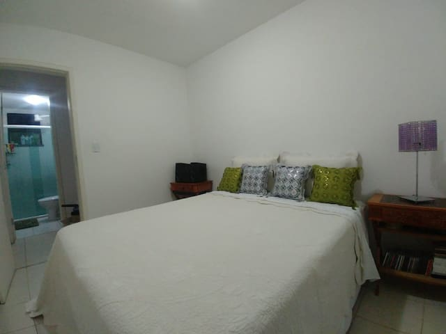 Quarto Privativo com cama Queen no Jabotiana