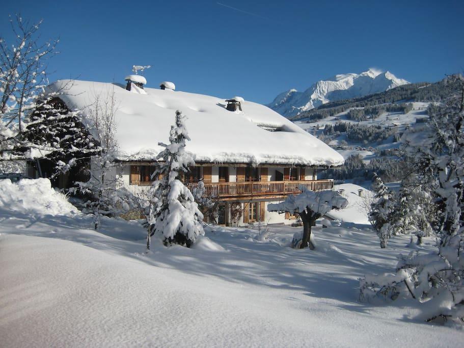 vue d'ensemble du chalet l'hiver, mont blanc en arrière plan