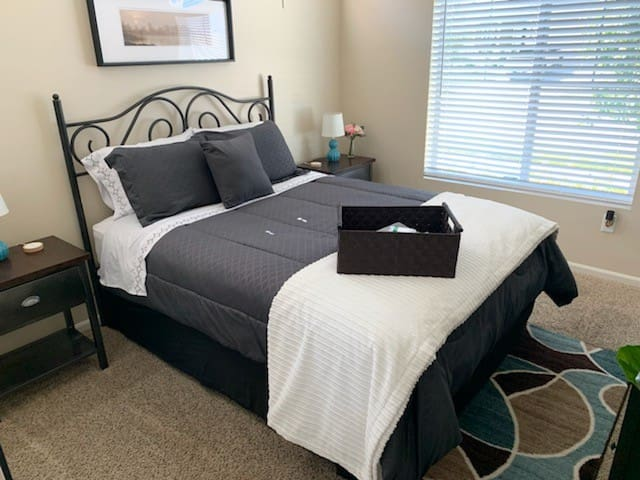 Clean home close to airport Very private room&bath