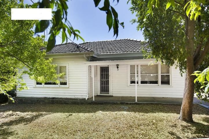 New Renovated 3 Bedroom Family Home - Burwood - House