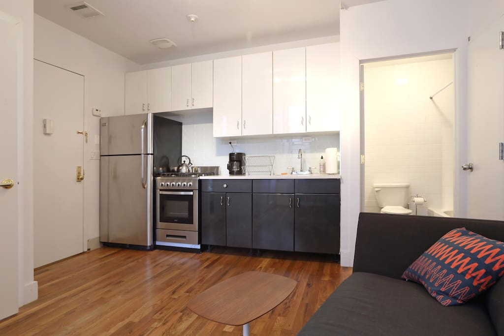 Enjoy a fully equipped kitchen with brand new appliances. There are a couple of gourmet groceries and a Whole-Foods-like supermarket within a block of the apartment.