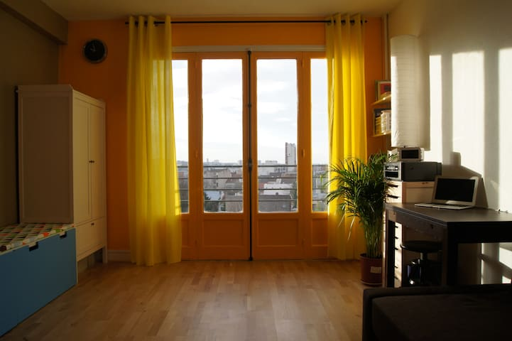 Cozy Apt with Elevator next to Train & Cite Uni