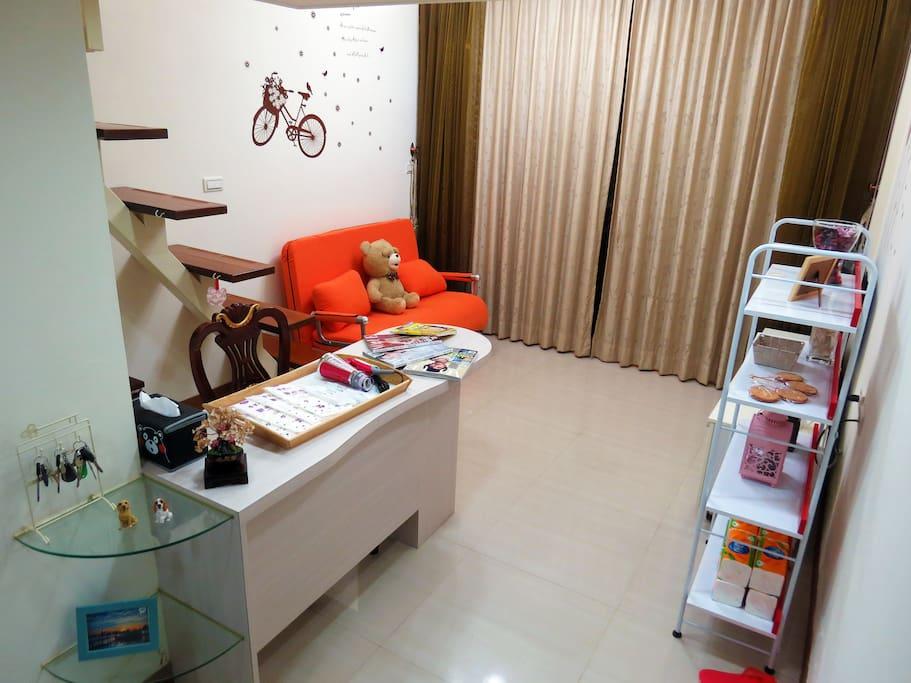 客廳living romm、書桌table、浴巾towel、旅遊指南travel book