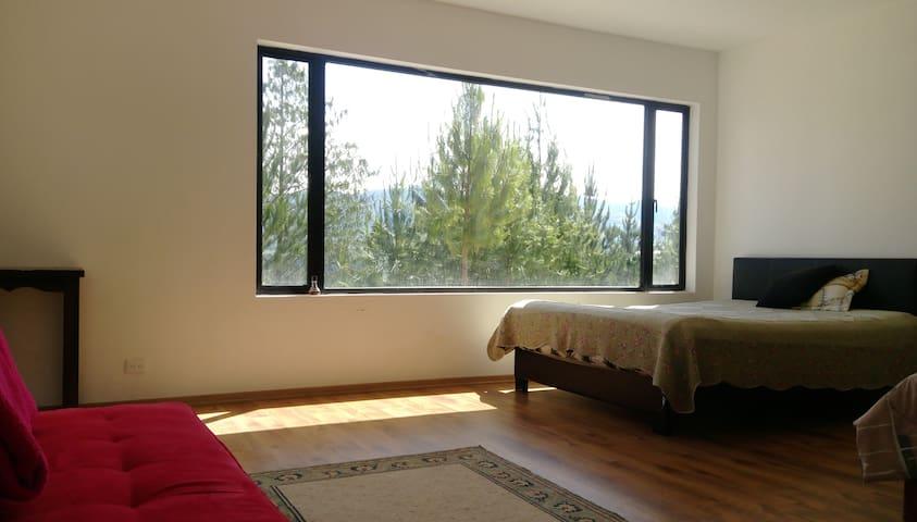 Habitacion nueva, en zona floricola y turistica.
