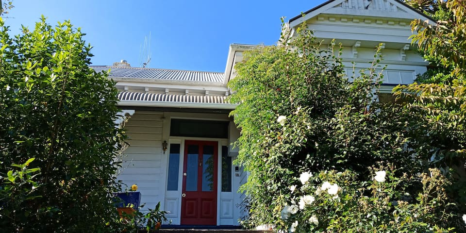 Home on Hewlings in Central Timaru - sleeps 8