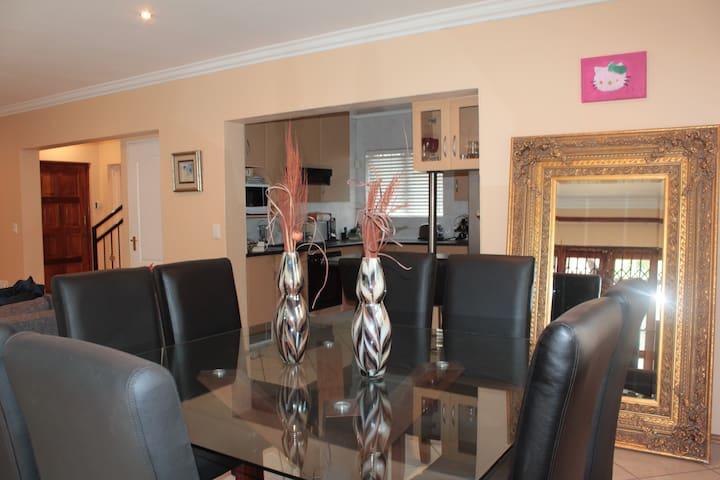 A Stylish Family House in Craigavon- Fourways - Sandton - Ev