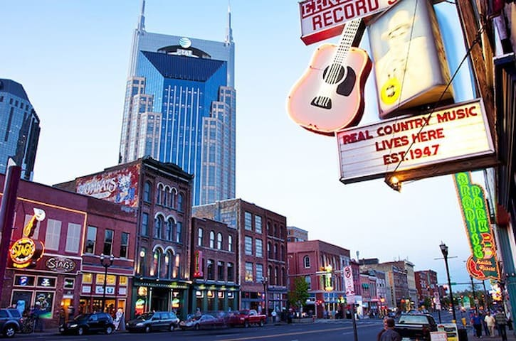 Step Out on Music Row Balcony! - Nashville - Appartement