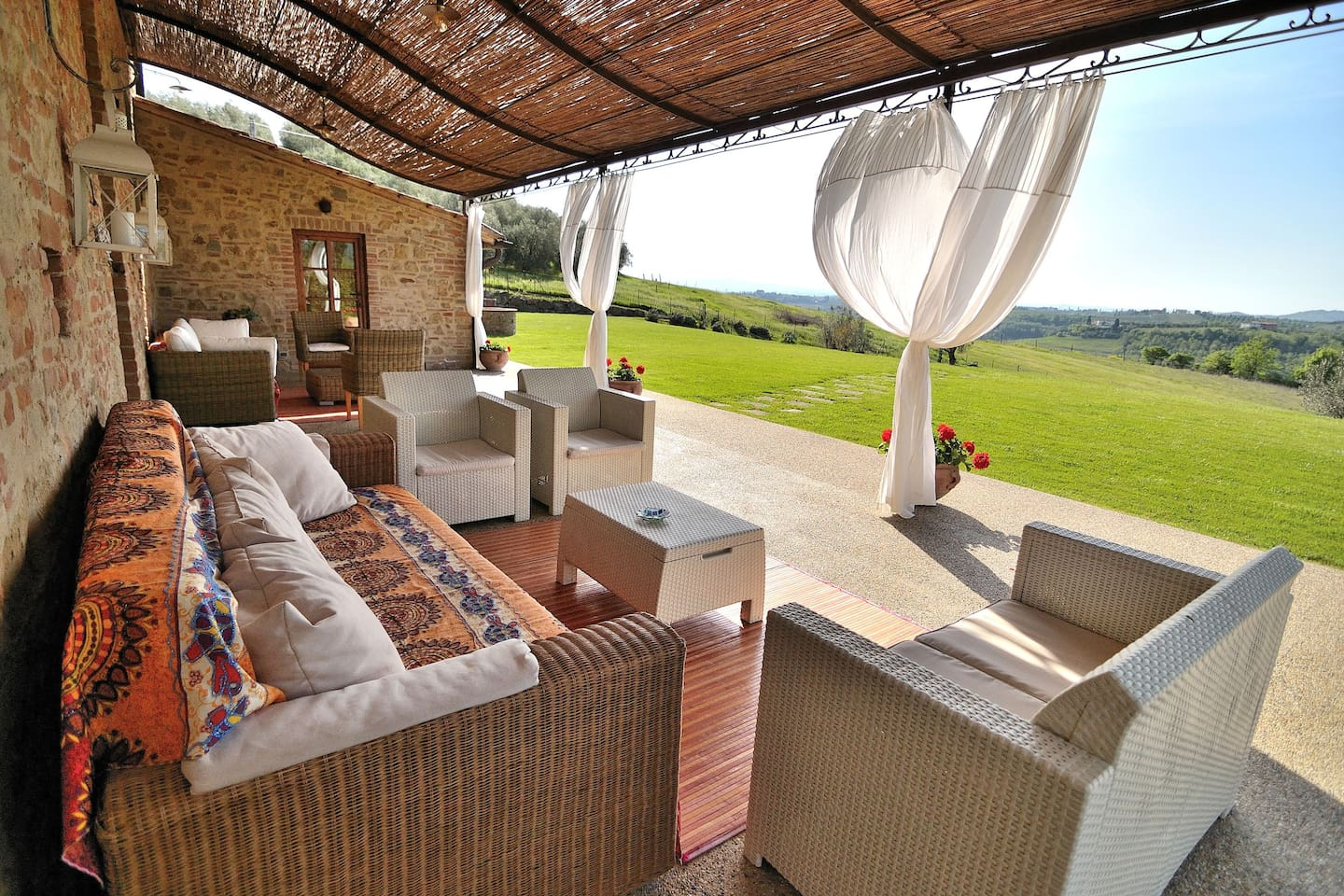 Panoramic Veranda with WaterproofRoof ideal to relax! The Villa is setting in a strategic location btw Florence and Siena, just 6 Km from Certaldo (Where you'll find also a train station) and few Km from San Gimignano!! 3 Km from Barberino Val d'Elsa
