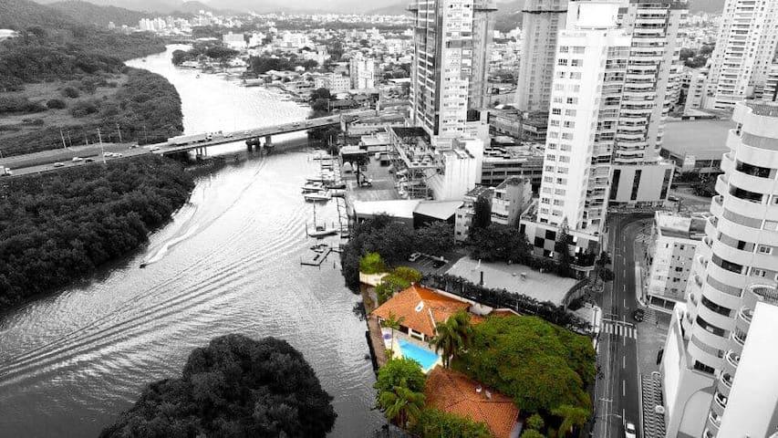 Vila exclusiva, 6 suítes com piscina na Barra Sul