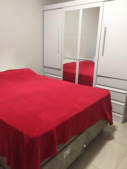 Quarto com uma cama de casal 1 berço 1 cômoda e um guarda roupas