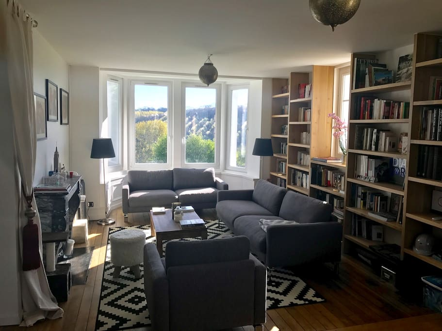 Salon- bibliothèque et bow  window sur la vallée