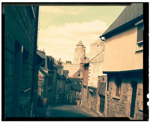 Chambre privée au cœur de la cité médiévale.