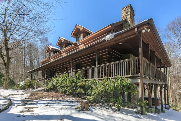 Hebron Falls ~ Wraparound porch, private setting, Hiking, Pool Table, Pet Friendly!
