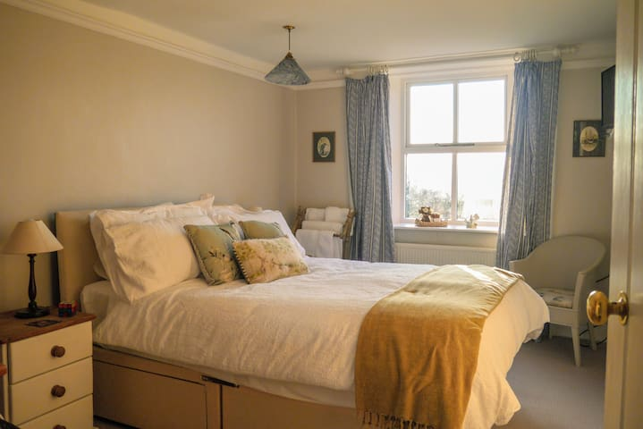 Beautiful room in country cottage (breakfast incl)