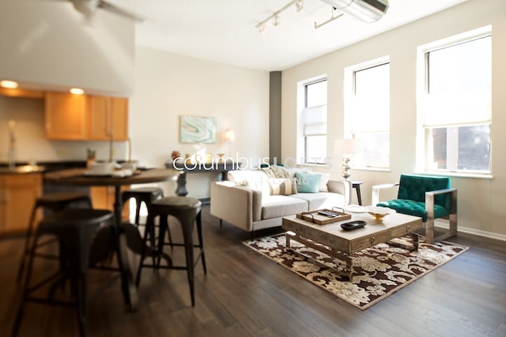 Chic Urban Loft w/Parking - Downtown/Arena Dist