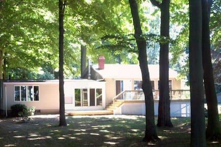 Lake Front Home Near Niagara Falls - Burt - Hus