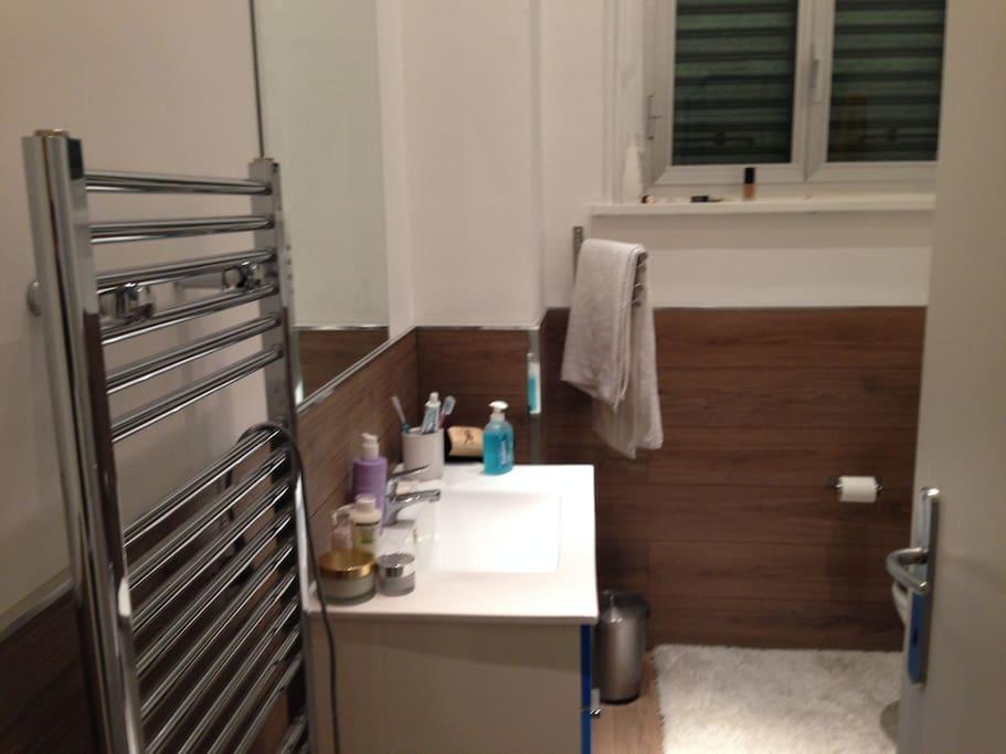 Il bagno con scaldasalviette e box doccia