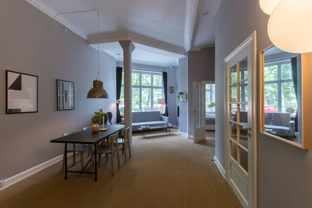 Living room with a dining table for five guests plus high ceilings gives that feeling of plenty of space.