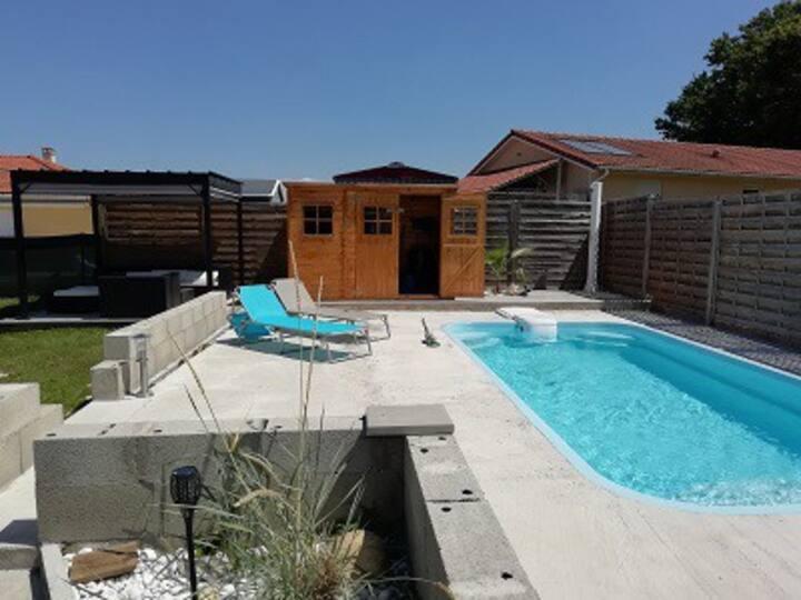 Chambre privée dans Maison avec piscine