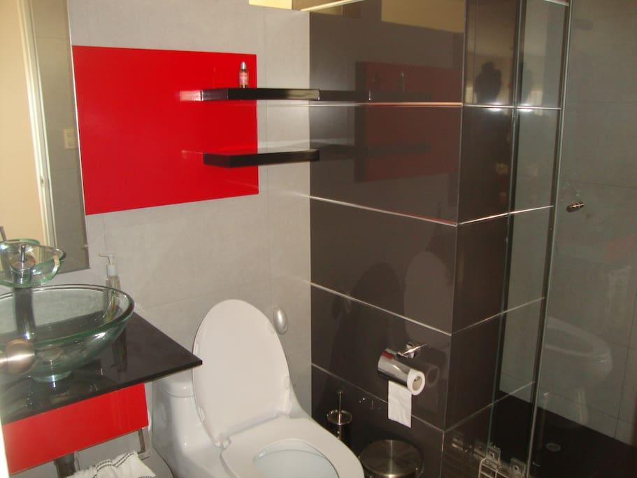 Les toilettes/douche réservés aux visiteurs.