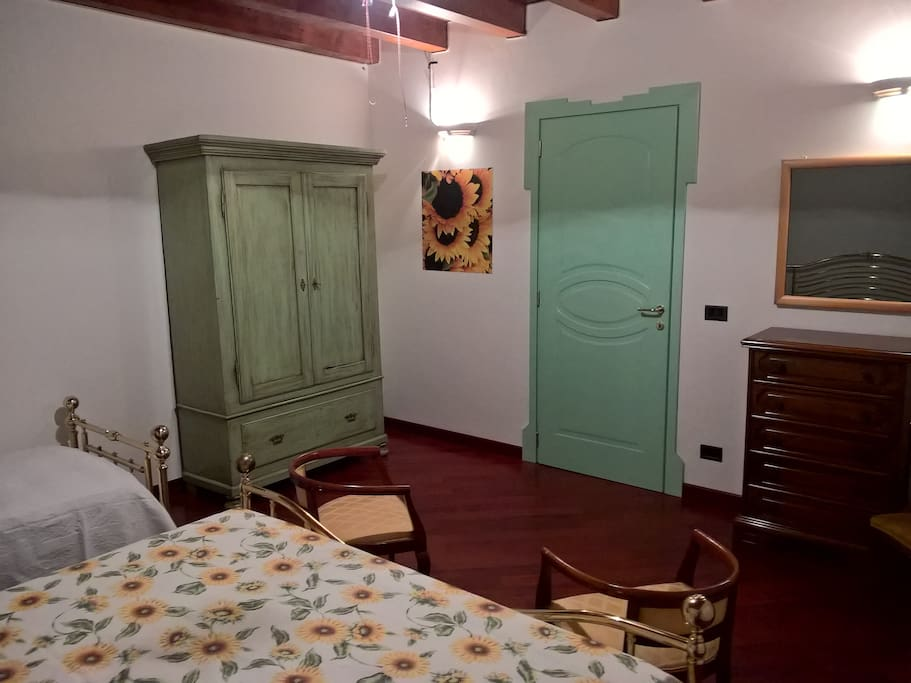 GIRASOLI Camera tripla piano primo Villa Mari matrimoniale con singola bagno esterno