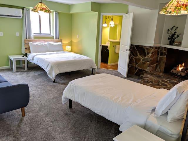 Dunegrass Patio & Fireplace Suite @ Hop & Vine Inn