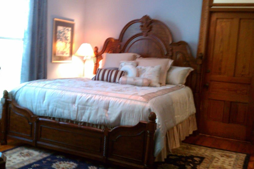Nancy's Nook, King bed, ensuite with slipper tub, sleeps 2, $110/nite