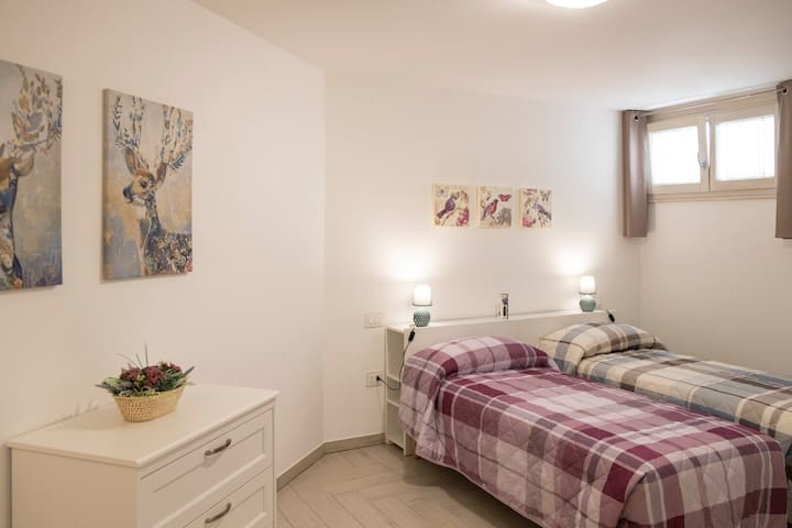 Seconda camera con due letti singoli o matrimoniale su richiesta   -   Second bedroom with two single beds or double bed on request