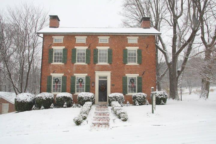 Ellis Sanders B&B Garden Suite 1840s Pioneer Home!