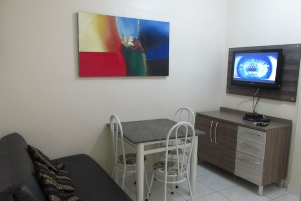 Sala de estar com TV a cabo e internet
