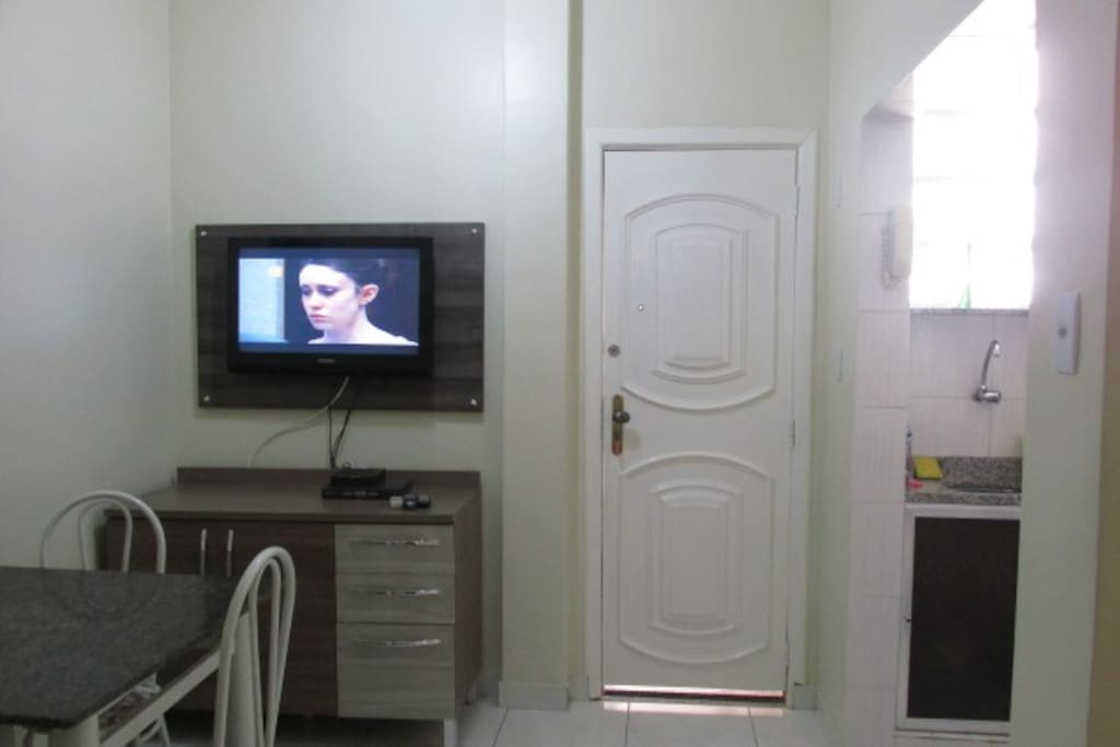 Sala de estar com TV a cabo e internet.