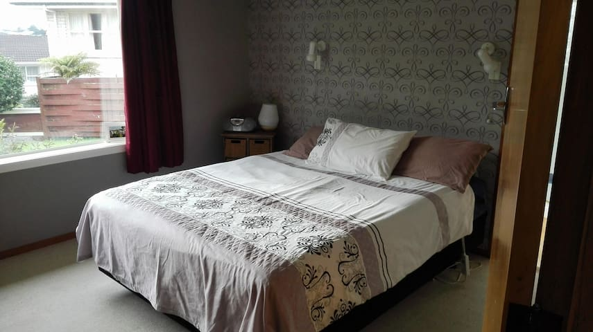 Double bedroom ensuite, WIFI,Pool. 10mins to town