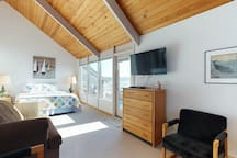 Bayfront studio w/ water views, hot tub, & beach nearby - dogs welcome!