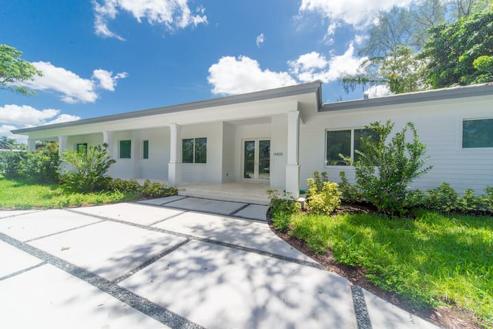 Pool Villa close to the Coral Gables area