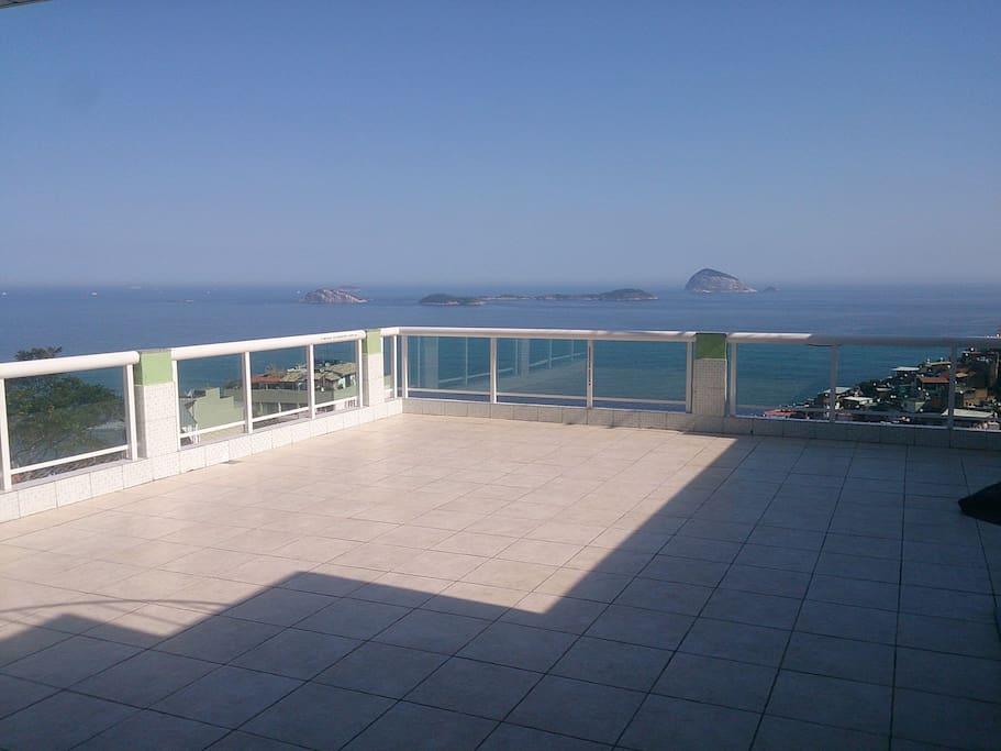 terraço com vista ampla para o mar