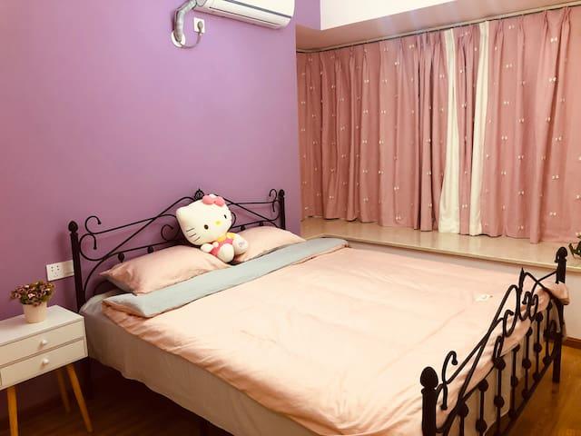 粉红色是每一个女生都拒绝不了的诱惑,满屋的粉色基调,满足你的少女心(屋里有美的空调,床上纯棉四件套、羽绒被、羽绒枕,舒适的床垫加棉絮,让你有个休息的好环境)