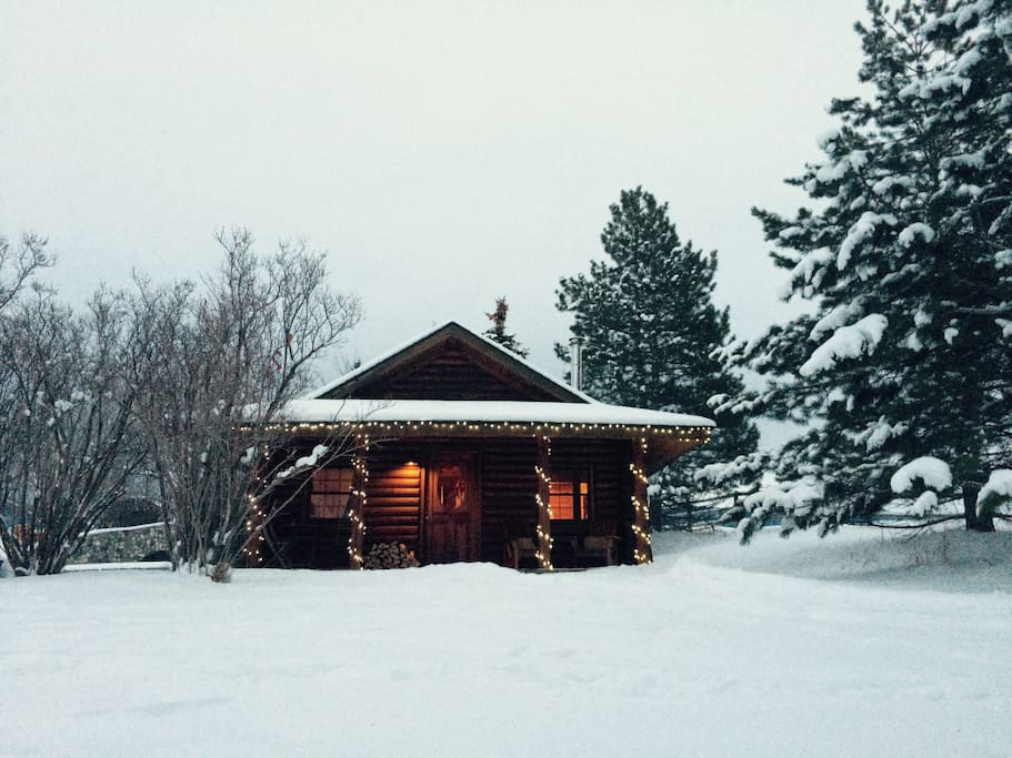 Cozy winter getaway with amazing views of multiple mountain ranges. Charming and private.