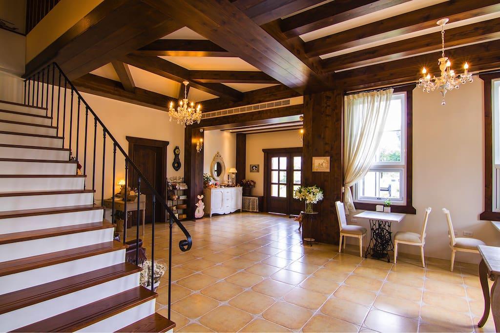 客廳充滿了歐洲風格,寬敞大器,有很多老板娘的鄉村風木頭彩繪作品