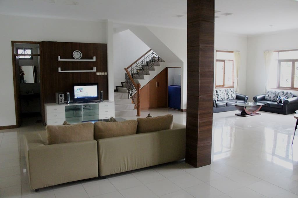 Large Living Room : suitable for big groups meeting