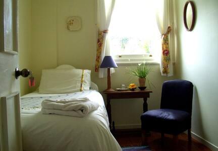 A pretty single room