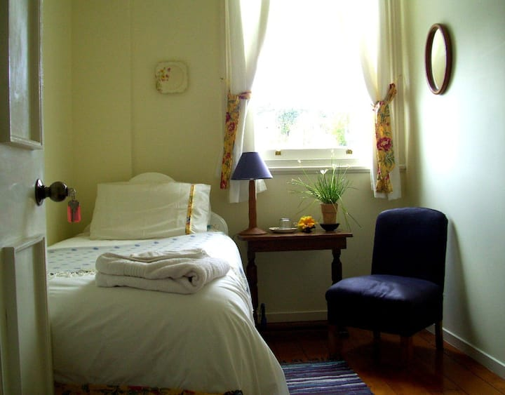 A pretty single room