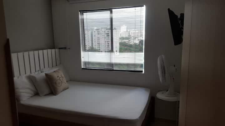 Habitación con baño  cómoda y limpia
