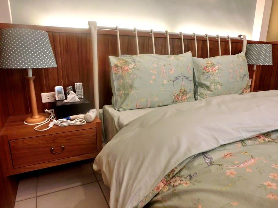 房間內雙人床