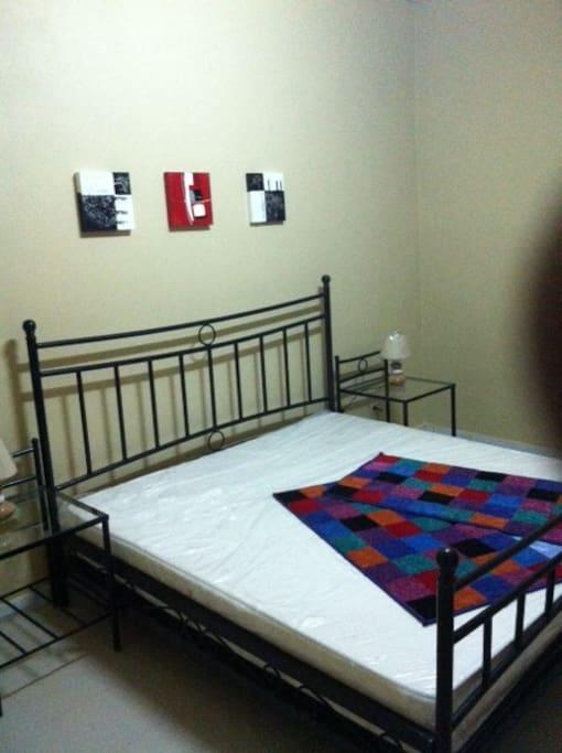 Chambre ( 1 )Lit en fer forgé et matelas orthopédique , toilette incroporée