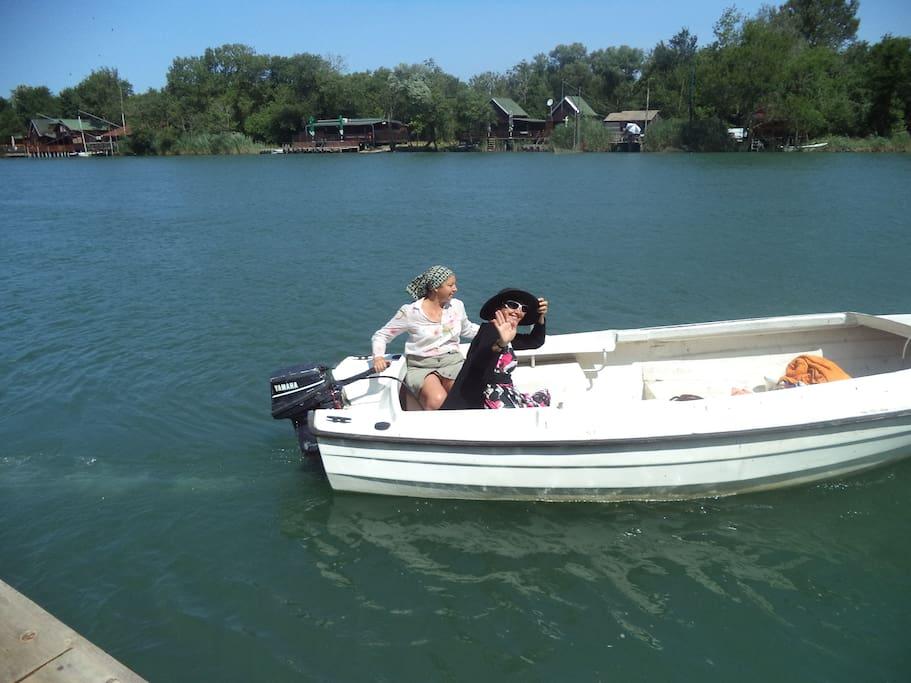Почувствуйте удивительный дух реки и способ передвижения от дома к дому и на пляж на лодке.