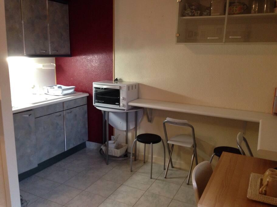 La petite cuisine est équipée d'un frigo, d'une plaque de 2 cuissons et d'un four portable. Vous aurez tous les ustensiles nécessaires pour vous faire à manger et de la vaisselle pour effectuer vos repas.