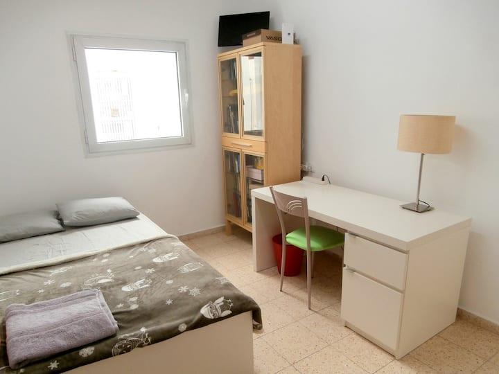 Уютная комната в квартире с прекрасным видом.