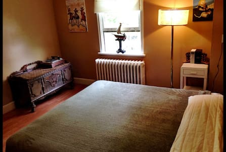 King Sized bed in beautiful room - St John's